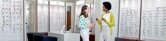 Cerise femme opticien avec lunettes